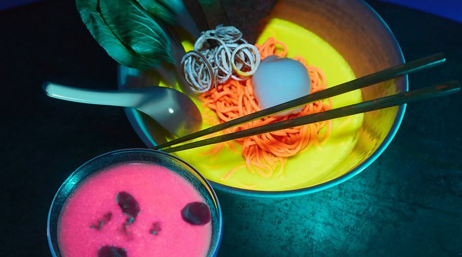 Conheça o restaurante de comida fluorescente, com lamén que brilha no escuro