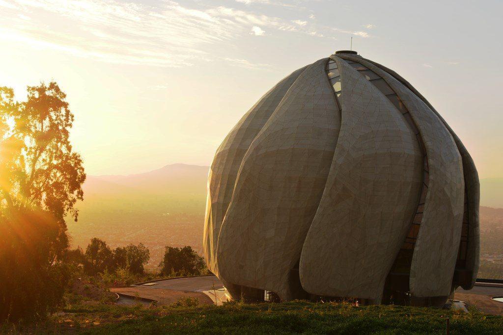 Com design futurista, Templo Bahá'í em Santiago é perfeito para ver o pôr do sol