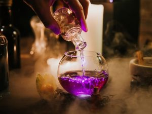 Conheça o The Cauldron, bar mágico em Londres e NYC onde os visitantes preparam suas próprias poções