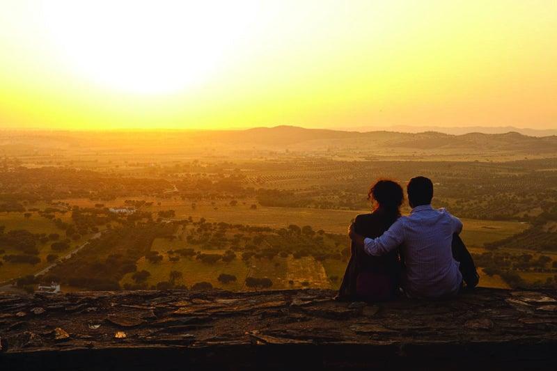 Casal vendo o pôr do sol