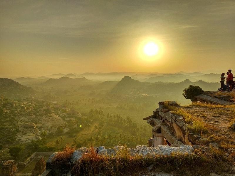 Pôr do sol em uma colina de Hampi, na Índia