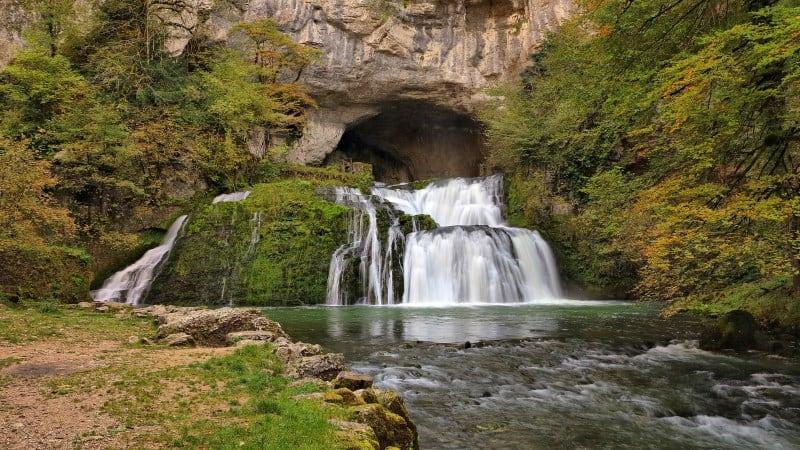 Descubra os encantos de Nans-sous-Sainte-Anne, região francesa com trilhas e cachoeiras