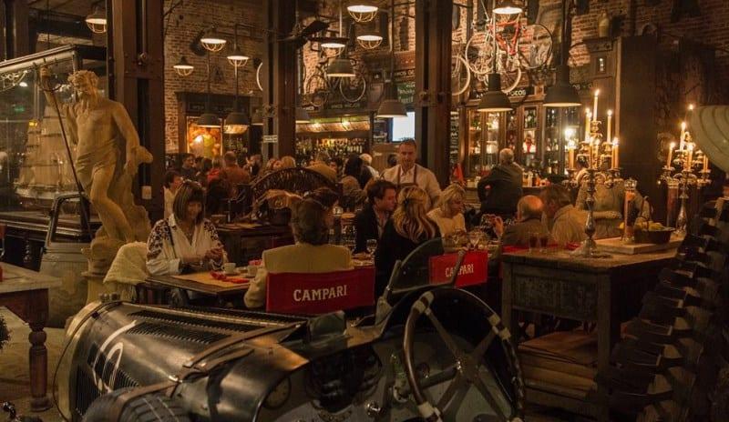 Um dos bares mais incríveis de Buenos Aires fica dentro de uma loja de antiguidades