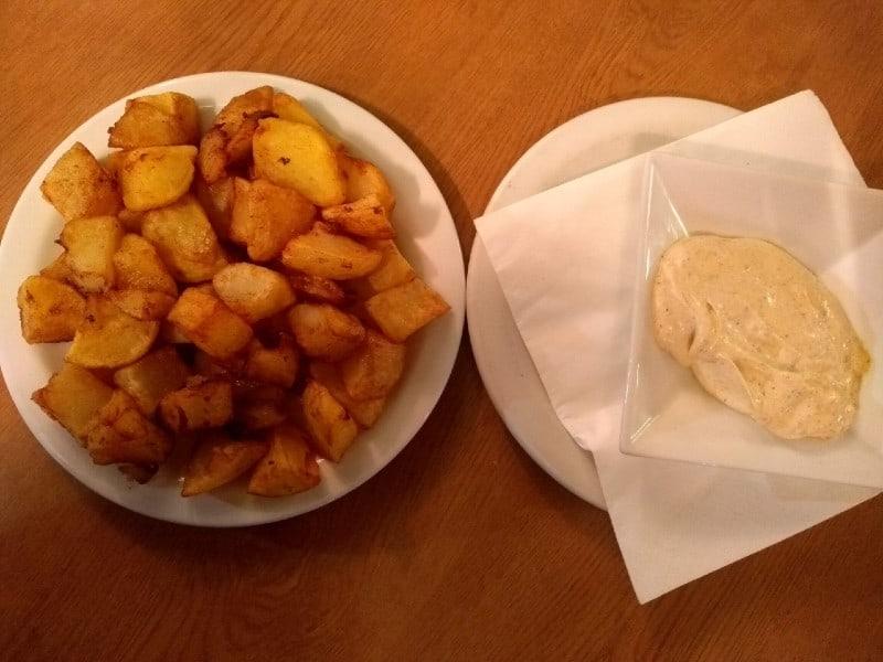 O que comer e beber na Espanha: Batatas Bravas