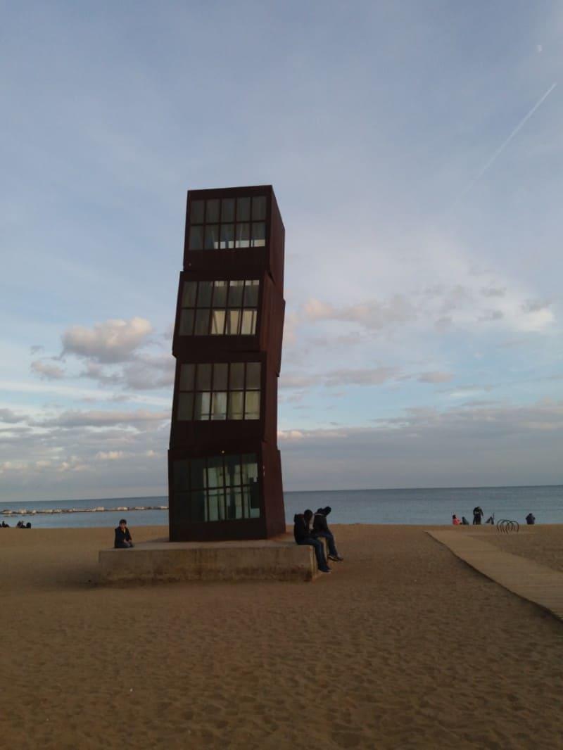 """Escultura """"La estrella herida"""", encontrada na orla de Barceloneta."""