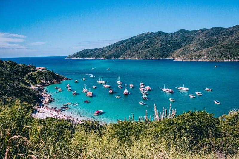 Você precisa fazer o passeio de barco em Arraial do Cabo durante sua viagem