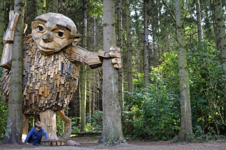 Esculturas gigantes de madeira trazem caça ao tesouro em floresta de Copenhague