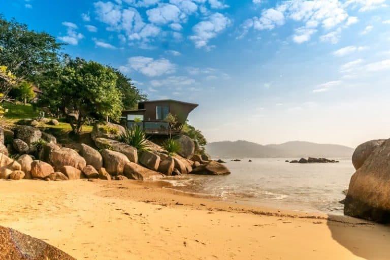 Que tal se hospedar em uma praia particular em Governador Celso Ramos? Será uma experiência fantástica