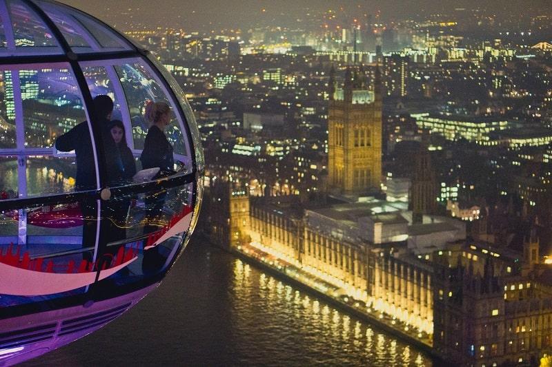Pessoas observam Londres do alto a bordo da London Eye