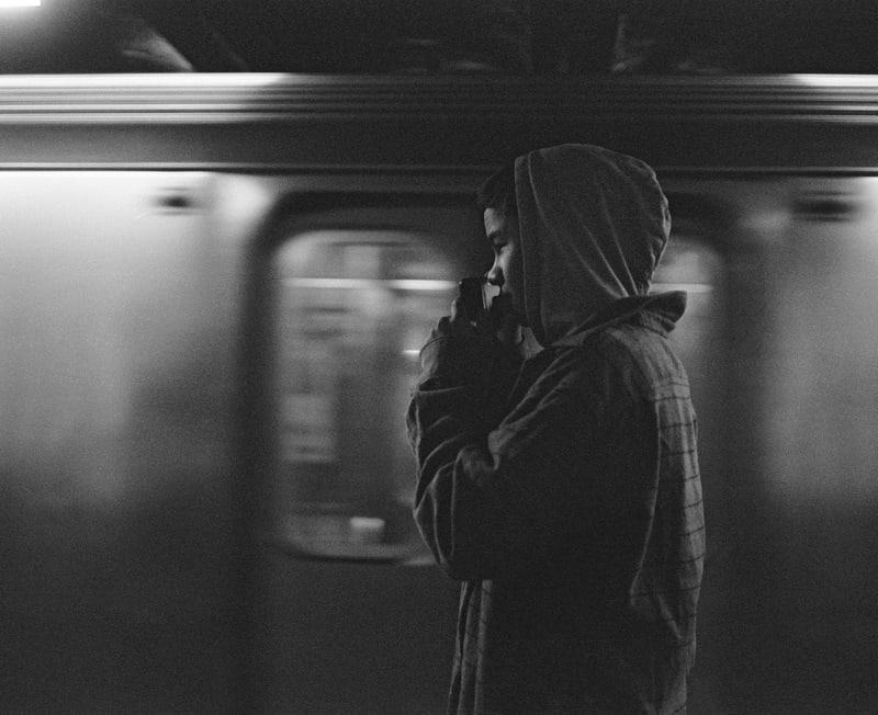 Jovem esperando o trem