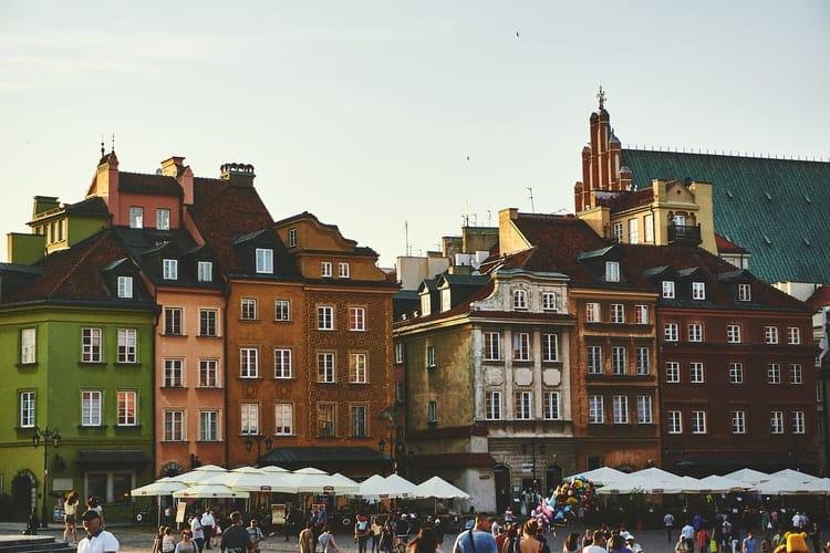 Praça histórica em Varsóvia, na Polônia