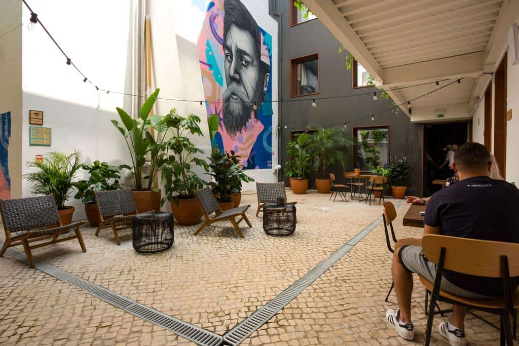 Com jardim secreto no coração de Lisboa, o Selina Secret Garden é uma ótima opção de hospedagem