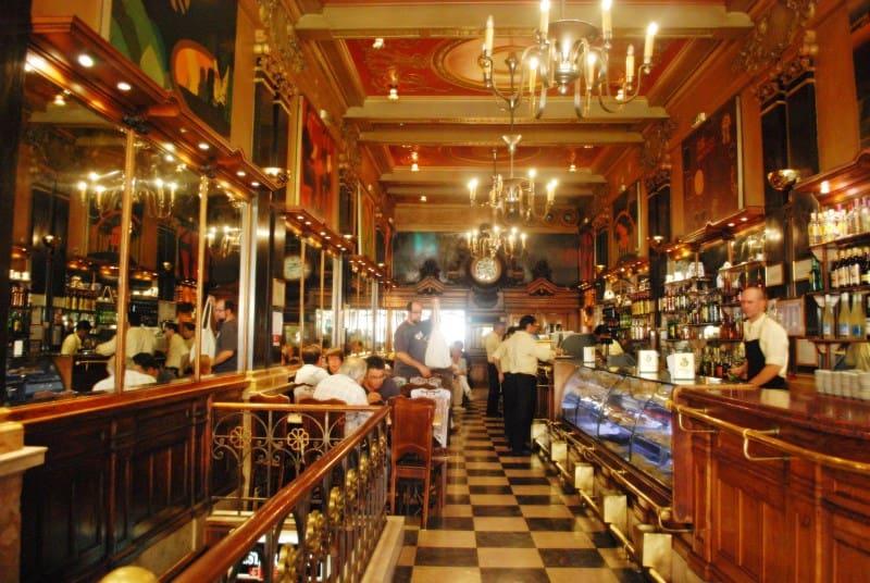 Café A Brasileira é parada especial em Lisboa para os fãs do poeta Fernando Pessoa