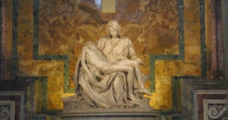 11 esculturas famosas que você precisa conhecer durante uma viagem