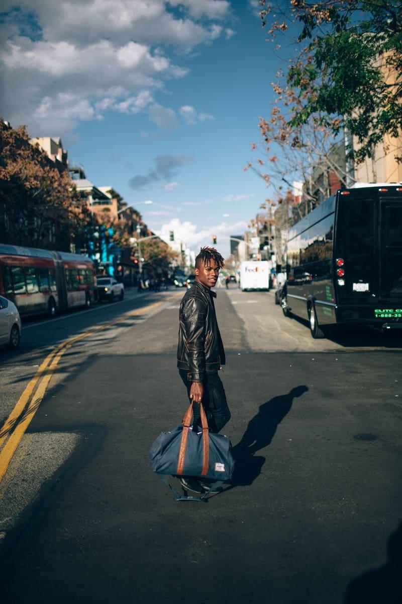 Homem levando sua bagagem a caminho de um ônibus