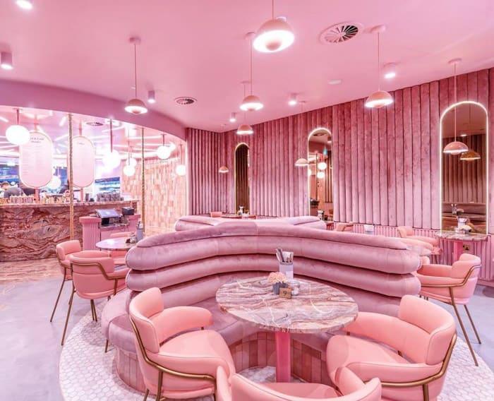 Salão ultra cor de rosa do Elan Café, em Londres