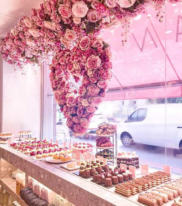 Flores cor de rosa se destacam do Elan Café, em Londres
