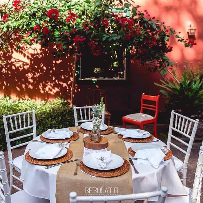 Mesas ao ar livre no restaurante na Floresta da Tijuca