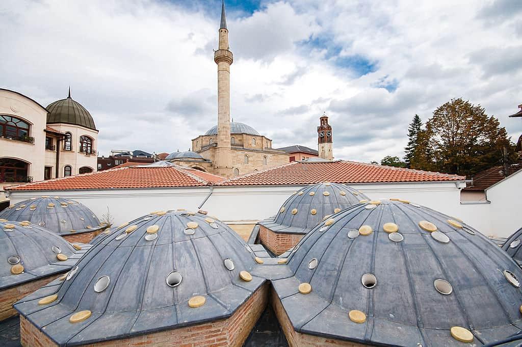 Mesquita em Pristina. Foto CC BY-SA 3.0 Bujar Imer Gashi