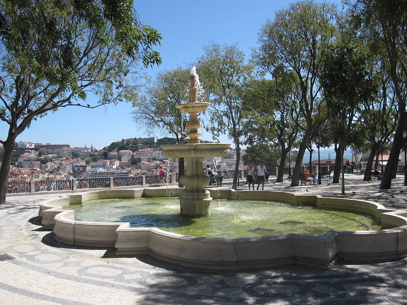 Fonte no Miradouro de São Pedro de Alcântara. Foto CC BY 2.0 Bernt Rostad