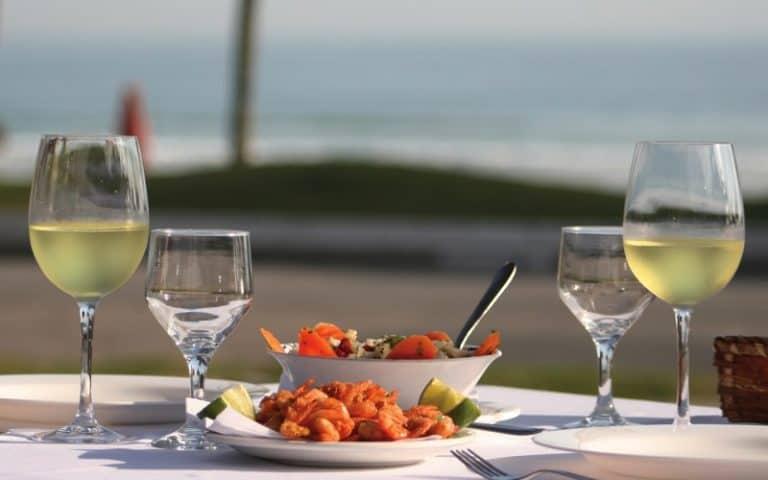 Restaurante à beira mar em Guarujá é ideal para quem gosta de pratos caprichados e frutos do mar