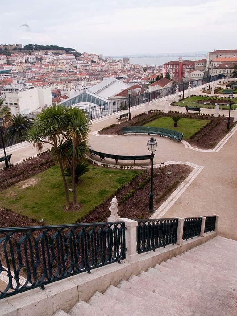 Escadaria que liga os dois níveis do Jardim de São Pedro de Alcântara, em Lisboa. Foto CC BY-SA 2.0 Philip Sheldrake