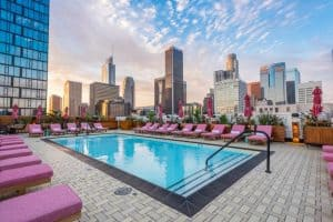 Hostel descolado em Los Angeles com bar no terraço que BOMBA todas as noites