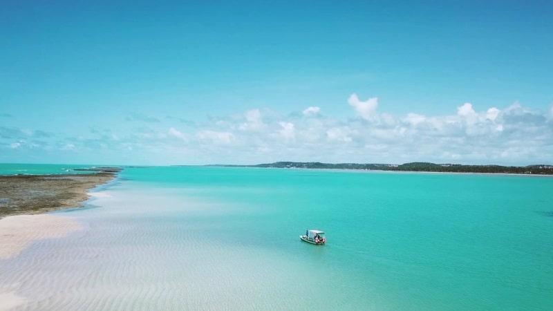 Japaratinga tem praias com água verde esmeralda menos movimentadas que a vizinha Maragogi