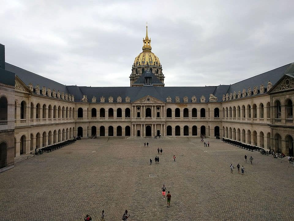 Vista do pátio interior (Cour d'Honneur) de Les Invalides. Foto CC BY-SA 4.0 Alonso de Mendoza