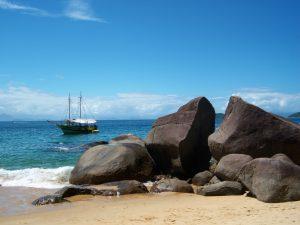 Olha a cor dessas águas! Esse paraíso fica na Ilha dos Cocos, em Paraty