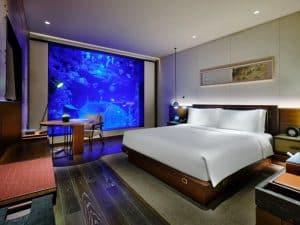 Hotel de luxo em Xangai tem cachoeira e suítes cercadas por tanques de peixes