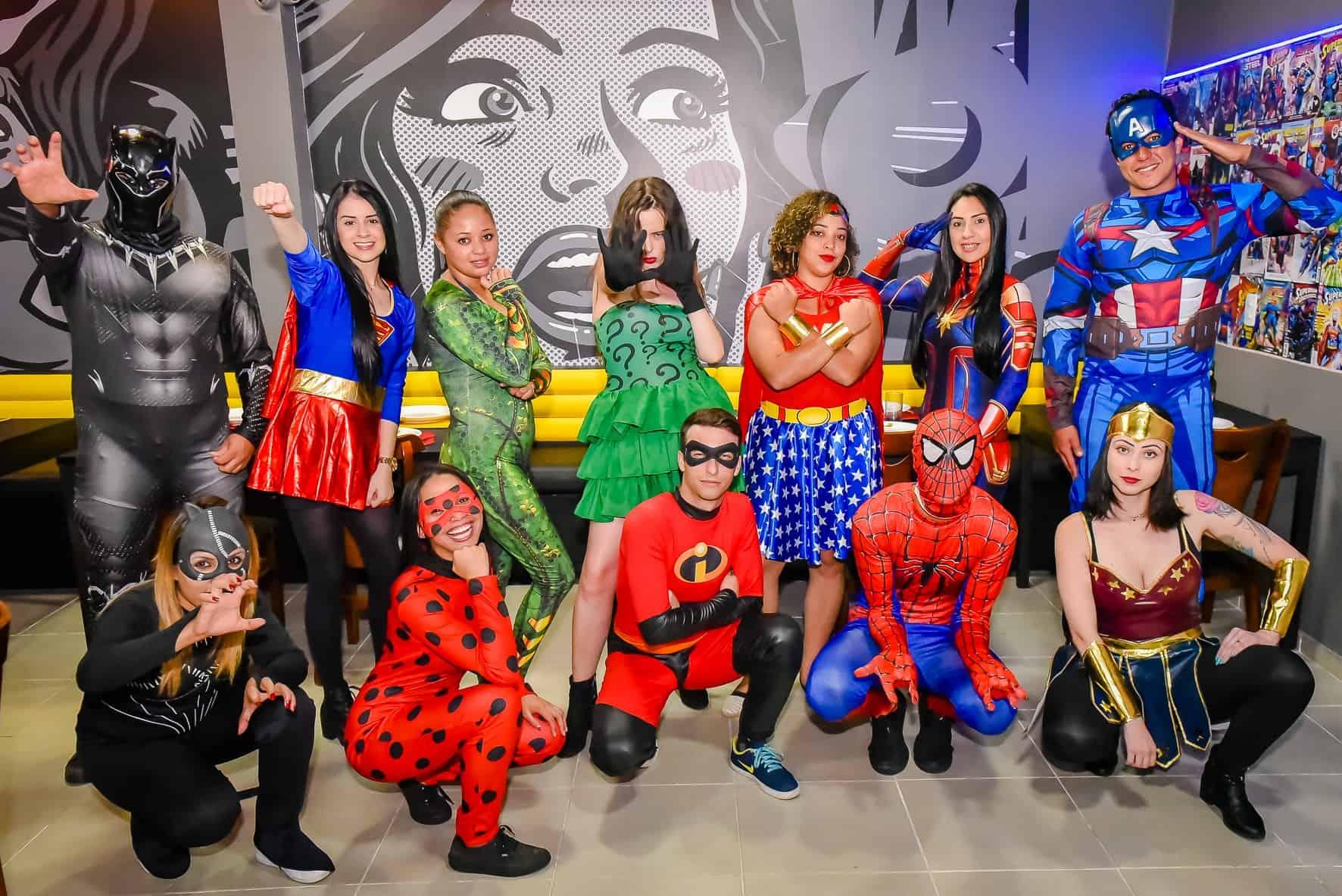 Pizzaria em Curitiba inspirada em quadrinhos tem heróis e heroínas servindo sua mesa