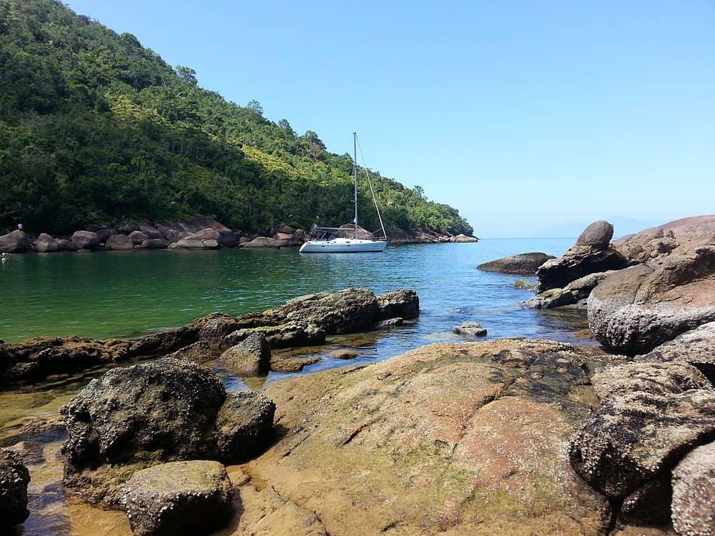 Ilha Anchieta em Ubatuba tem praias lindas, trilhas legais e muita história para contar