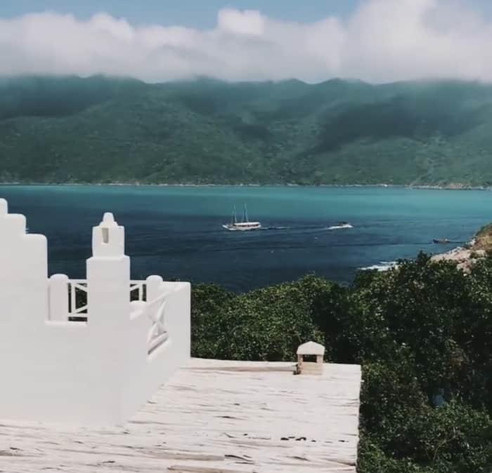 De frente para o mar, casa no Pontal do Atalaia parece um pedaço da Grécia