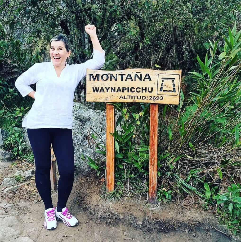 Silvia no pico da montanha Huayna Picchu, em Machu Picchu, mostra que ainda tem muita disposição para viagens na terceira idade.