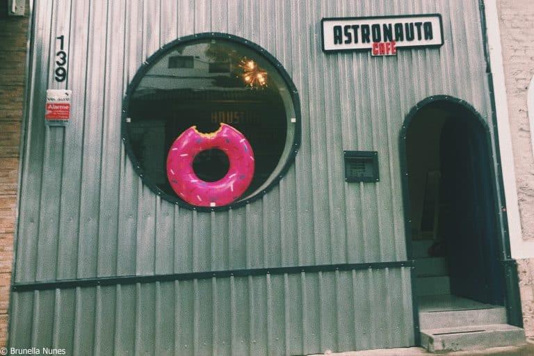 Um foguete chamado Astronauta Café, cafeteria vegana emSP