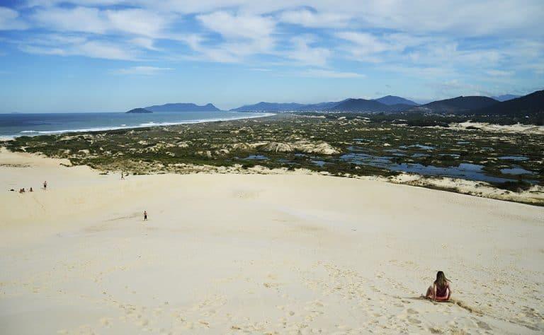 Dunas da Joaquina em Florianópolis rendem diversão e belas paisagens da cidade