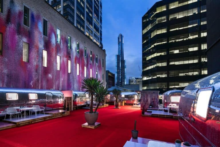 Hotel estiloso em Melbourne tem quartos em trailers na cobertura de um prédio
