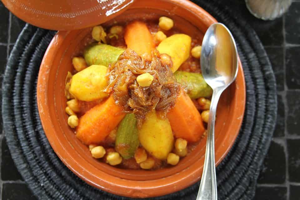 Prato de cuscuz de vegetais