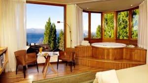 Que tal se hospedar em Bariloche nessa suíte com hidromassagem e vista incrível? 😲