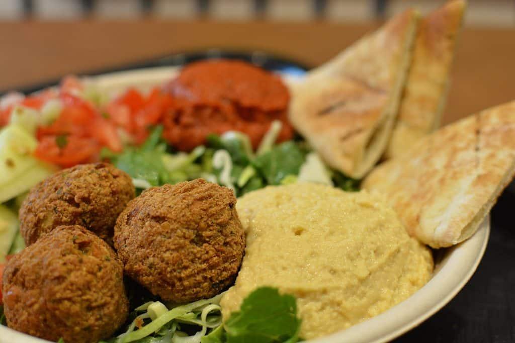 Prato de falafel com humus, salada e pão árabe