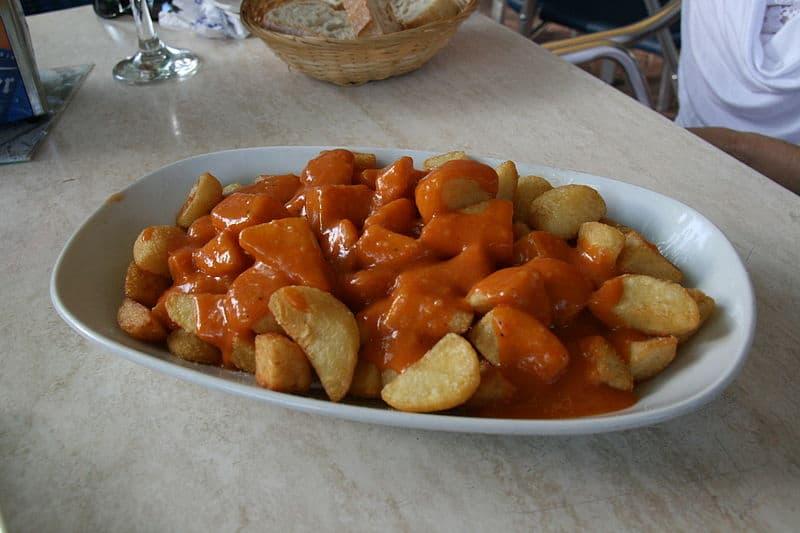 Prato de batatas bravas para compartilhar