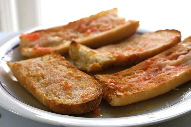 Porção de tapas de pão com tomate