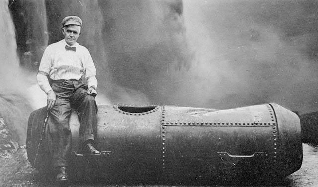 Bobby Leach, com cerca de 60 anos, sentado em um barril de aço.