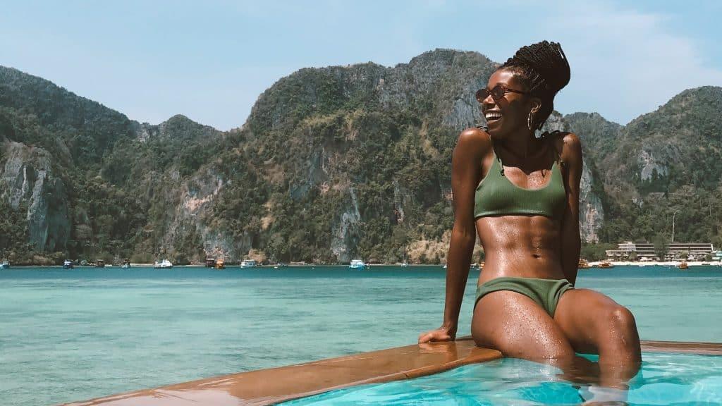 Brasileira conta como é estar isolada em ilha paradisíaca da Tailândia