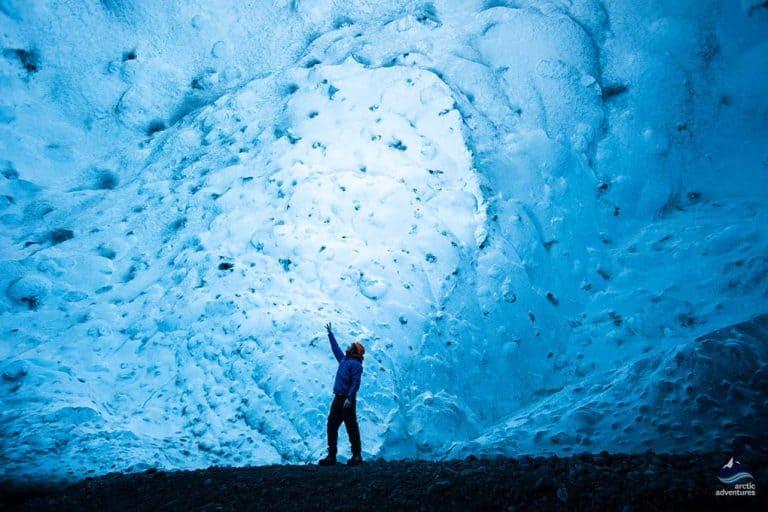 Apaixone-se pelas incríveis cavernas de gelo na Islândia