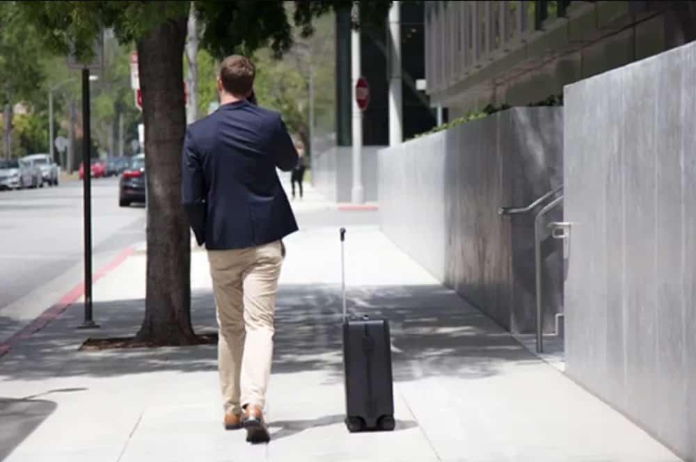 Esta mala que anda sozinha e segue o viajante é perfeita para você não carregar mais peso