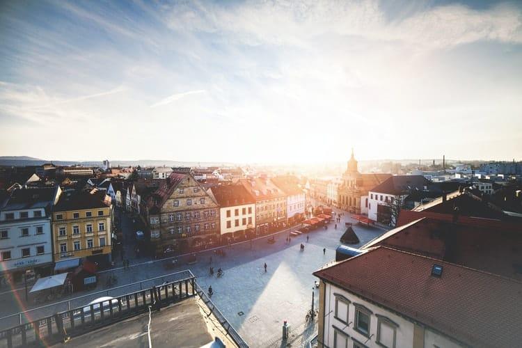 Praça na Alemanha vista de cima com poucas pessoas circulando