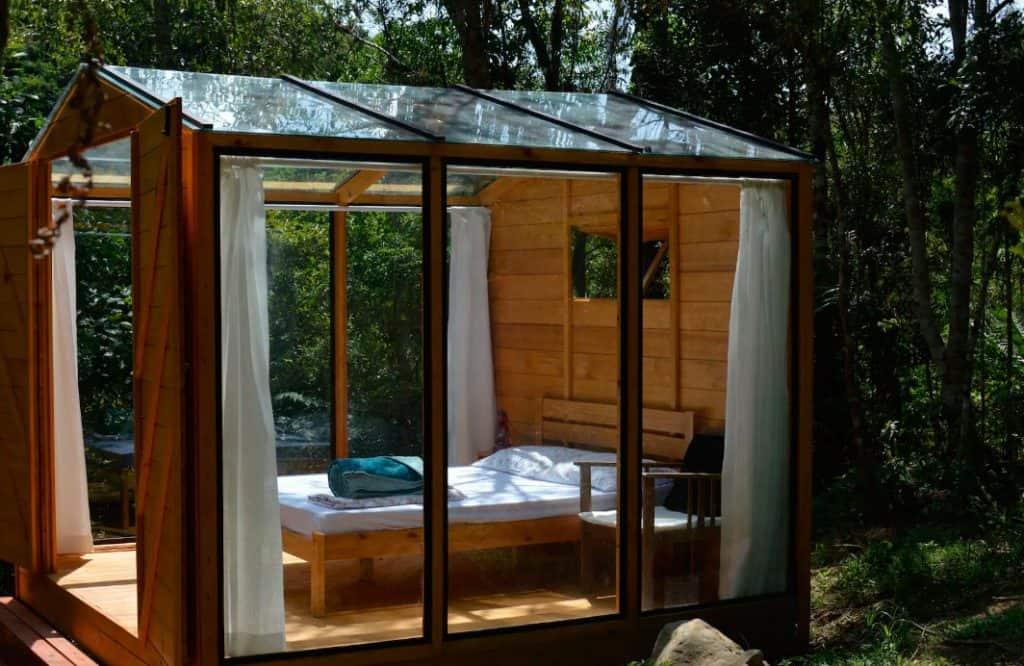 Durma em uma cabana de vidro em meio à uma floresta remota na serra de SC
