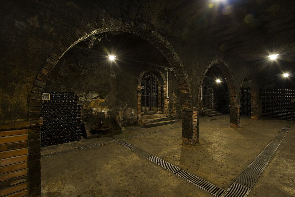 Galeria subterrânea em uma vinícola em Portugal